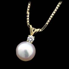 18kt yellow gold pendant with an 8.5mm white pearl and .11cts of diamonds