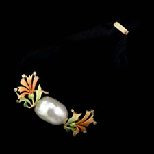 Nouveau Collection lovely pearl pendant is flanked by enamelled flowers. 18kt yellow gold.