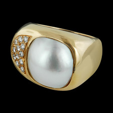 Strikingly elegant 18k yellow gold diamond and pearl ring.
