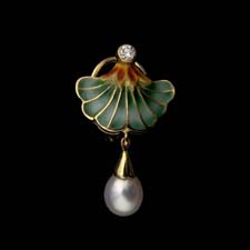 This enamelled Lilly pad pendant is flanked by a diamond and a pearl.