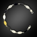 A pretty Gurhan Thin tri-color, from the Willow Collection; leaf flake bracelet in sterling silver. The measurements are 18 cm in length with new flat clasp. 7'' long.